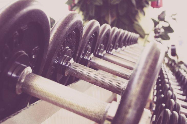 ciężarki na siłowni