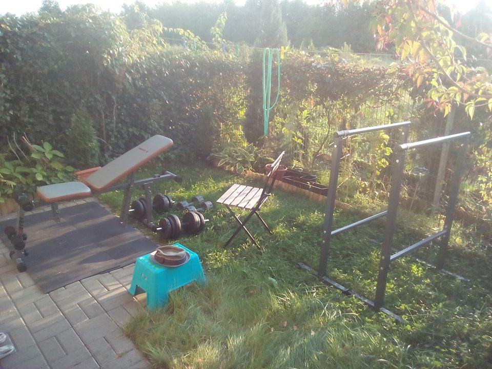 trening siłowy - siłownia na tarasie w ogrodzie
