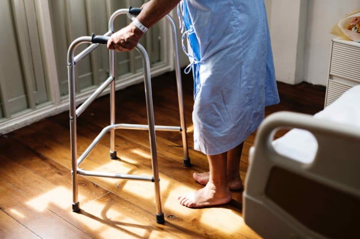 starsza osoba w domu opieki