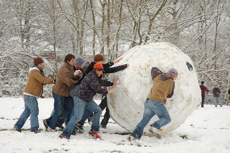 Efekt kuli śniegowej - Ilustracja: wielka kula śnieżna