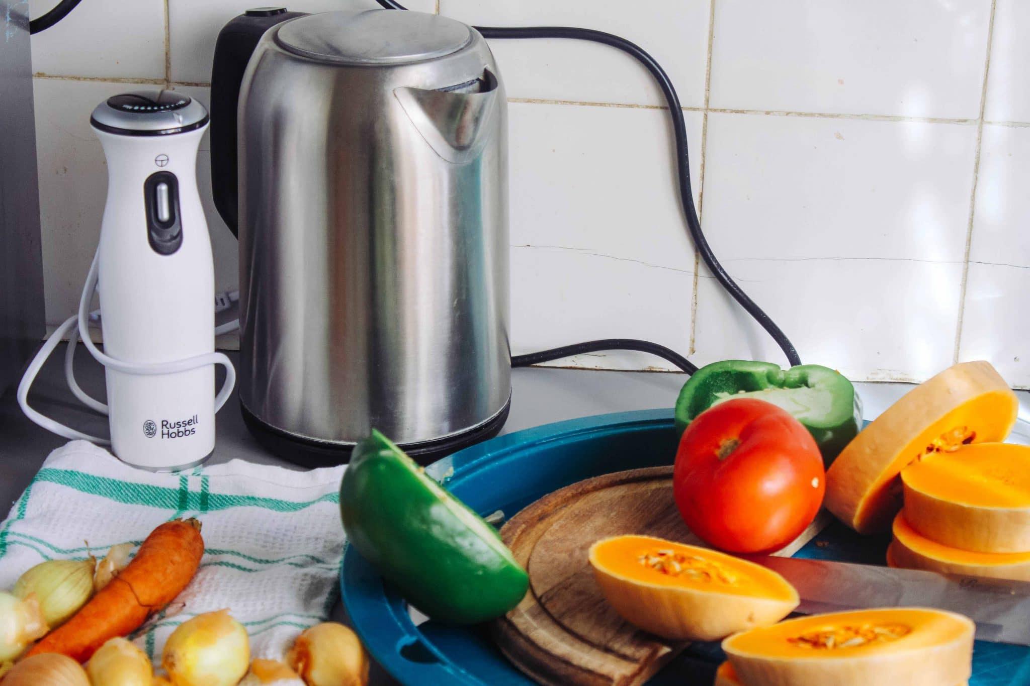 Czajnik elektryczny na blacie w kuchni