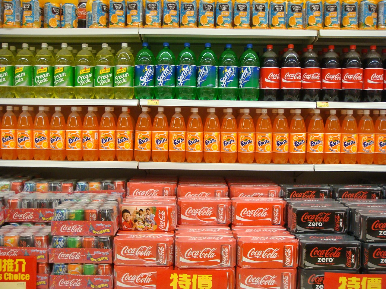 Coca-Cola, Fanta i Sprite na półce w supermarkecie