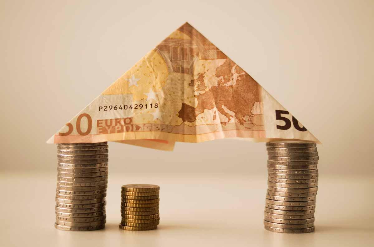 Dwie wieże z monet euro