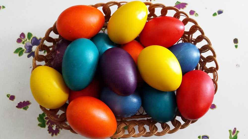 Jajka w koszyku - ilustracja do powiedzeni: nie trzymaj wszystkich jaj w jednym koszyku