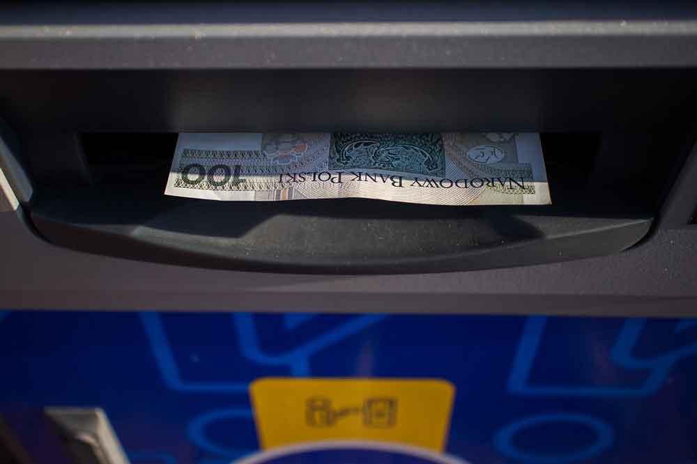Knoto osobiste - ilustracja przedstawiająca wypłatę pieniędzy z bankomatu
