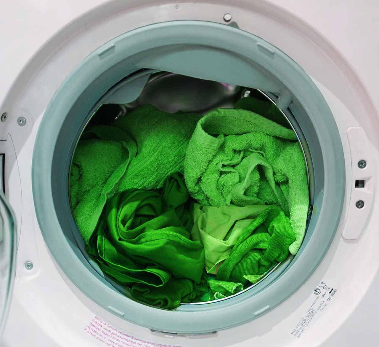 Greenwashing - ilustracja. Zielone pranie w pralce automatycznej