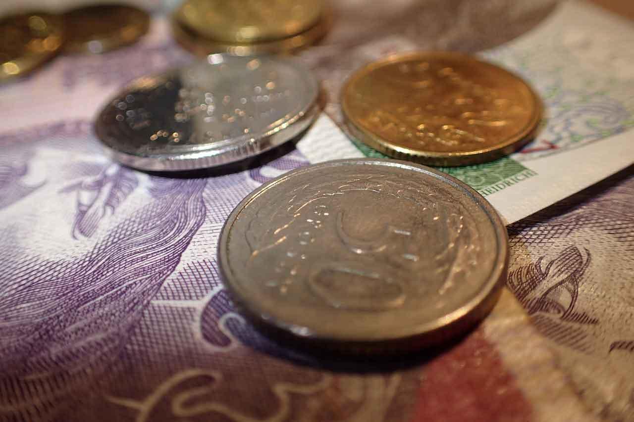 Pieniądze - cytaty. Ilustracja: polskie złotówki
