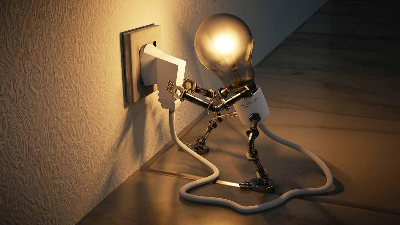 Rachunek za prąd - ilustracja. Żarówka próbująca wyciągnąć swoje zasilanie z gniazdka