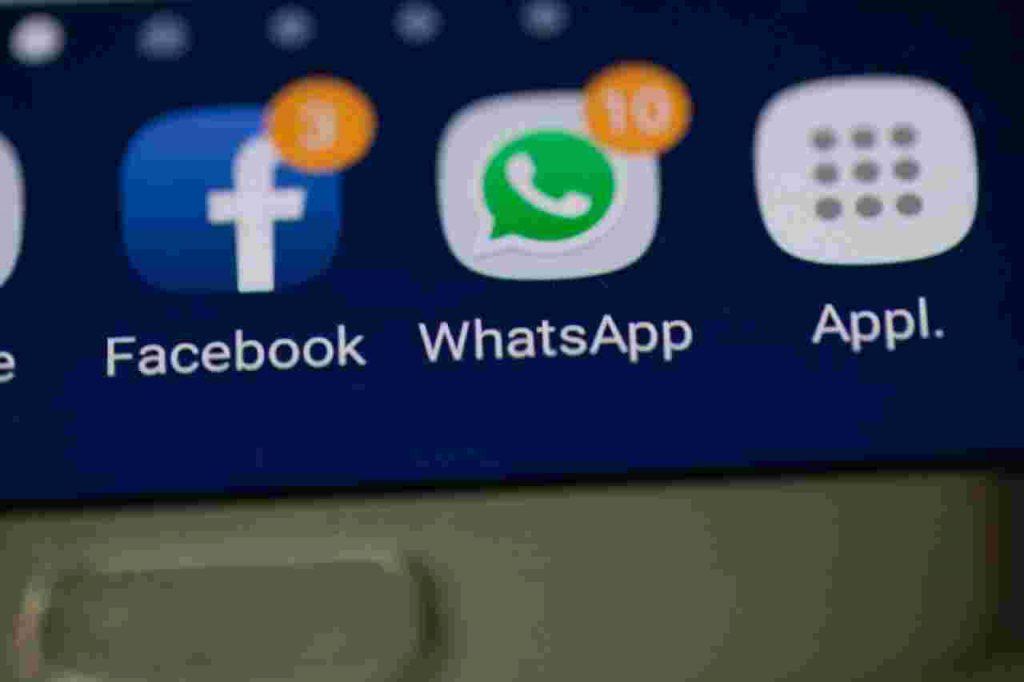 Jak ograniczyć korzystanie z telefonu? - ilustracja: facebookowe powiadomienia na wyświetlaczu telefonu