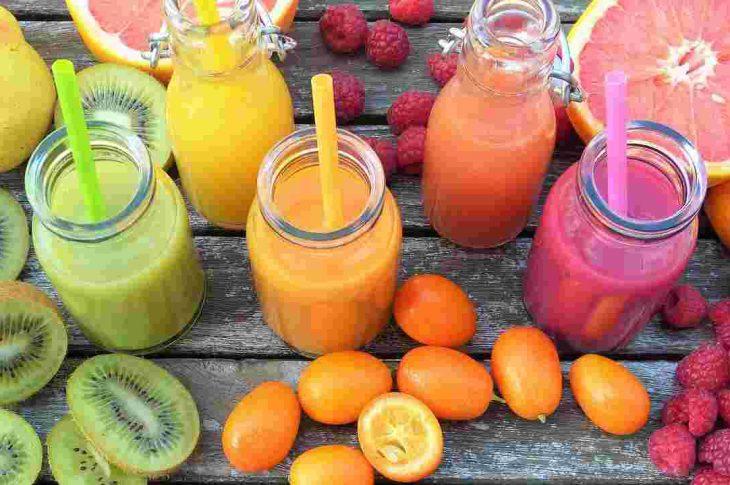 Jak wzmocnić odpornośc? Ilustracja - owocowe smoothie