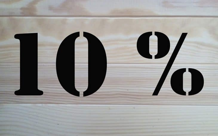 Oprocentowanie - ilustracja - napis 10 procent na drewnianej belce