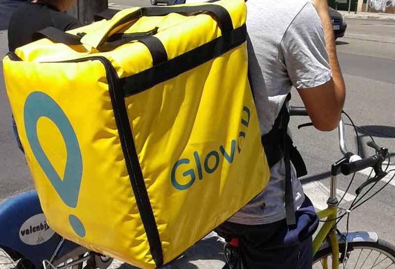 Glovo - ilustracja - rowerzysta z plecakiem Glovo