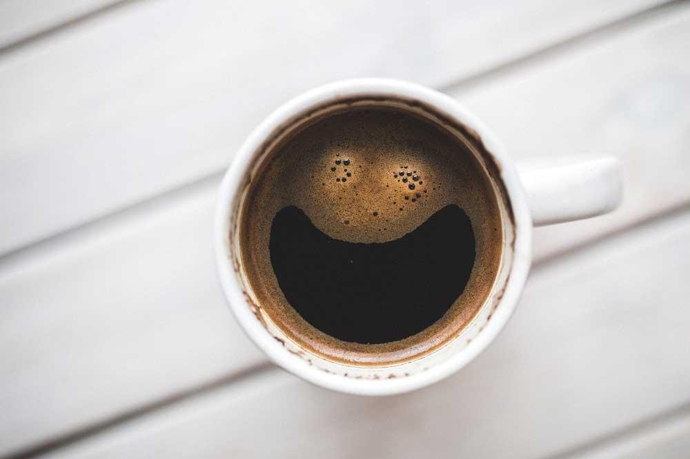 Na zdjęciu: filiżanka czarnej kawy sypanej
