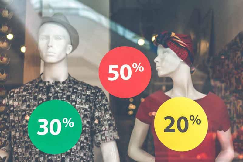 Oszczędne zakupy - ilustracja: wystawa sklepowa z przecenionymi produktami