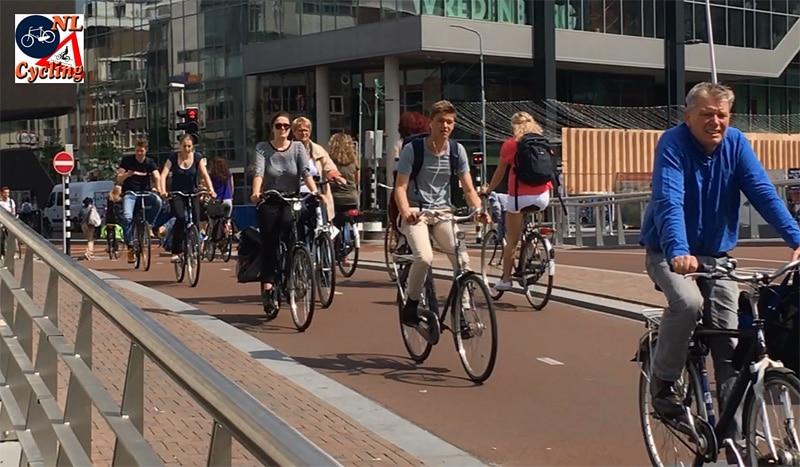 Holandia - rowerzyści bez kasku - ilustracja